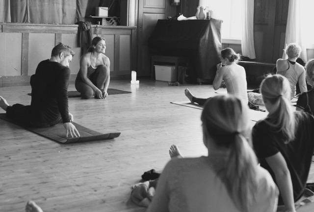 Signe Schineller har vore ein månad i India og utdanna seg til yogainstruktør. No held ho kurs i Kvinnherad.