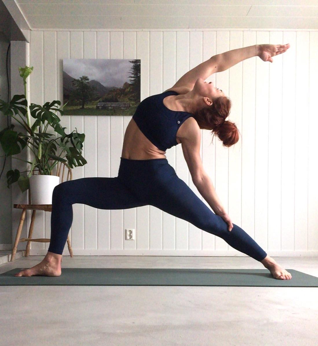 Vipararita virabhadrasana- Reverse Warrior, yoga, prayer pose, yoga i rosendal, signe schineller, yoga signe schineller, run & relax, yoga retreat, yoga med signe, manduka, lumi yoga,