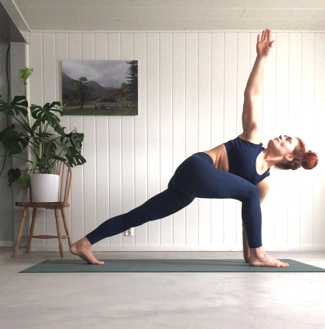 yoga, prayer pose, yoga i rosendal, signe schineller, Parivrtta Parsvakonasana- Revolved Side Angle Pose modified, yoga signe schineller, run & relax, yoga retreat, yoga med signe, manduka, lumi yoga,
