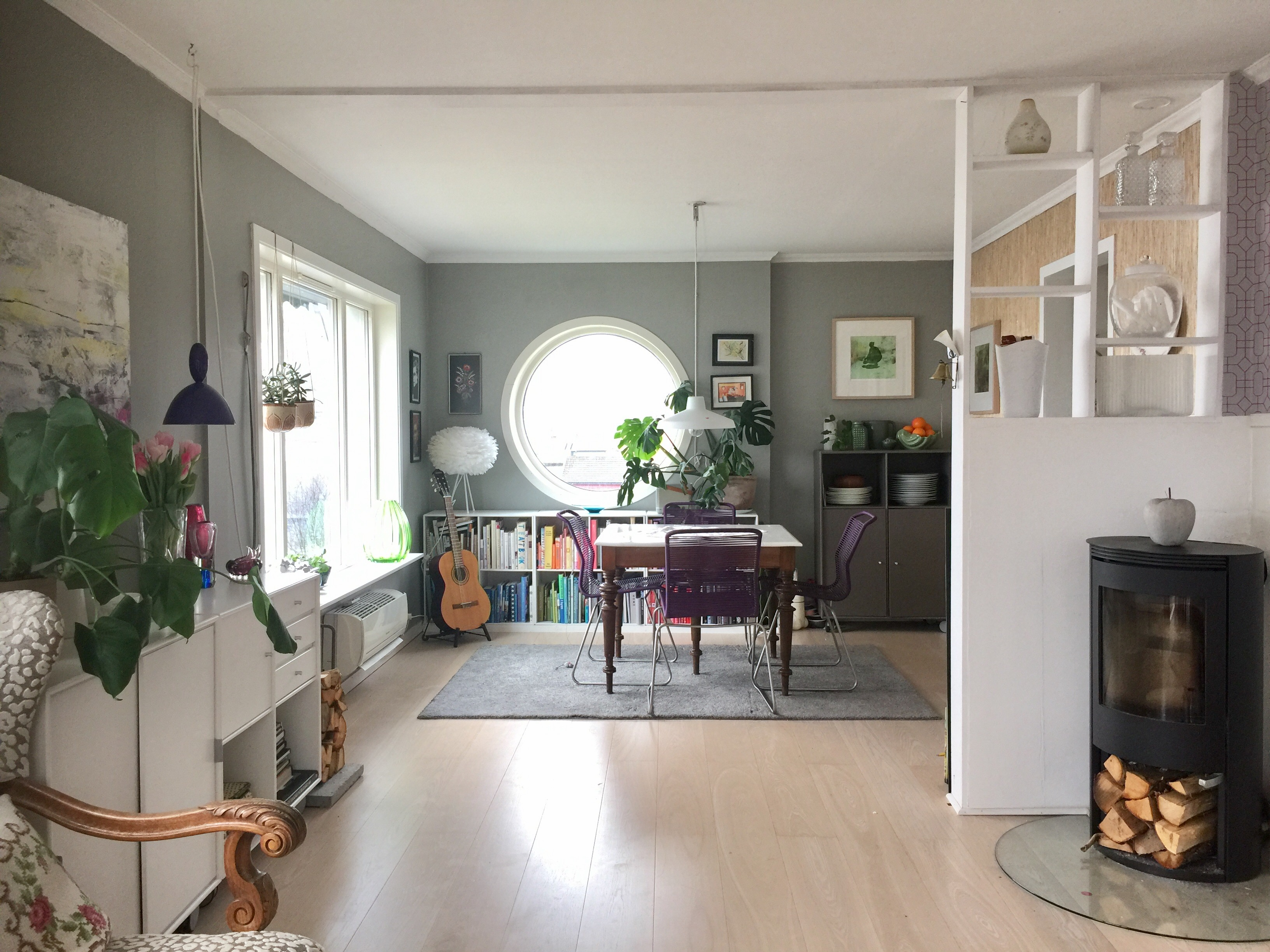 Rosendal, Signe oppussing, Signe Schineller, Vita Copenhagen Vita Eos, Eos lampe, lampe strutsefjær, Resignert, interiorstyling, interiorstyling, rundt vindu, round window, Montana, Pantone One, Tivoli Chair, Bohus, Fretex, Tikkurila, Beckers Maling, Bøker, innred med bøker, NOrthern Lighting, NOrdan vinduer,