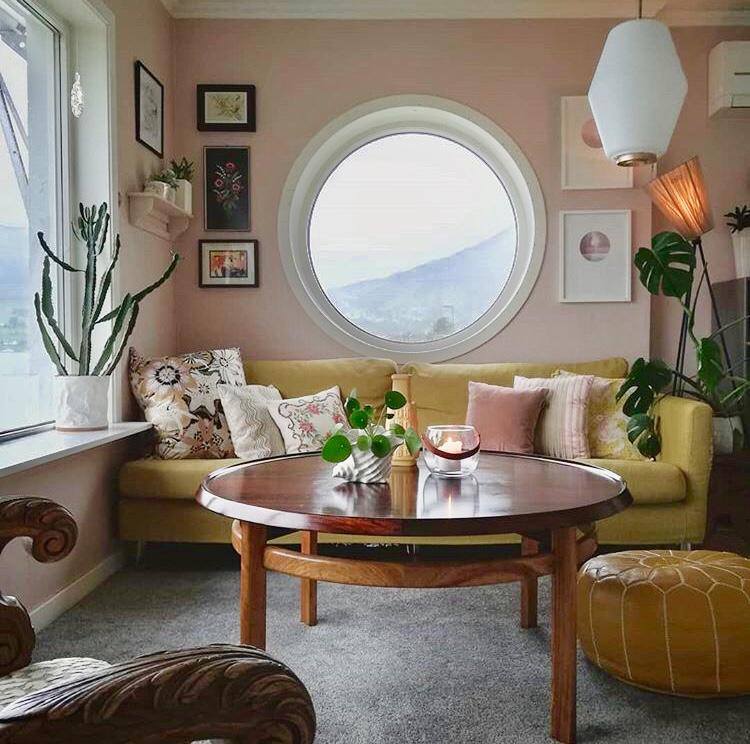 Bohus, interiør, Bohus damenes aften, Damenes aften. Interiør, personlig stil, interiørstylist, interiørstyling, interiørtips, fresh opp i hjemmet, nordsjø maling, rosa vegger, pink walls, gul sofa, vintage sofabord, vintage table, teak, midcentury modern, northern, medina puff, skinnpuff, bohus sofa, vintage lamp, vintage lampe, rundt vindu, round window