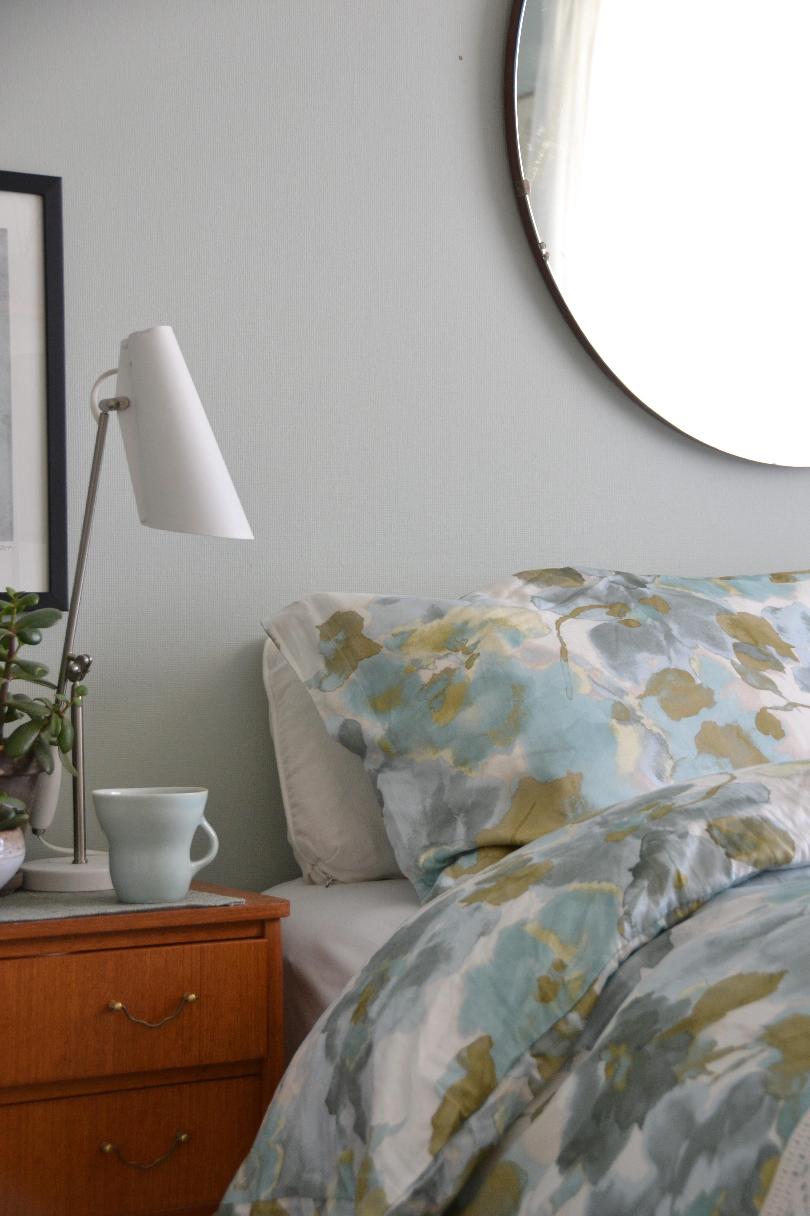Bedroom styling, soverommet, style soverommet, midcentury modern, pernille folcarelli, Høie, Høie sengetøy, bedroom decor, bedroom interior, resignert signe, signe schineller, Rosendal minty breeze,