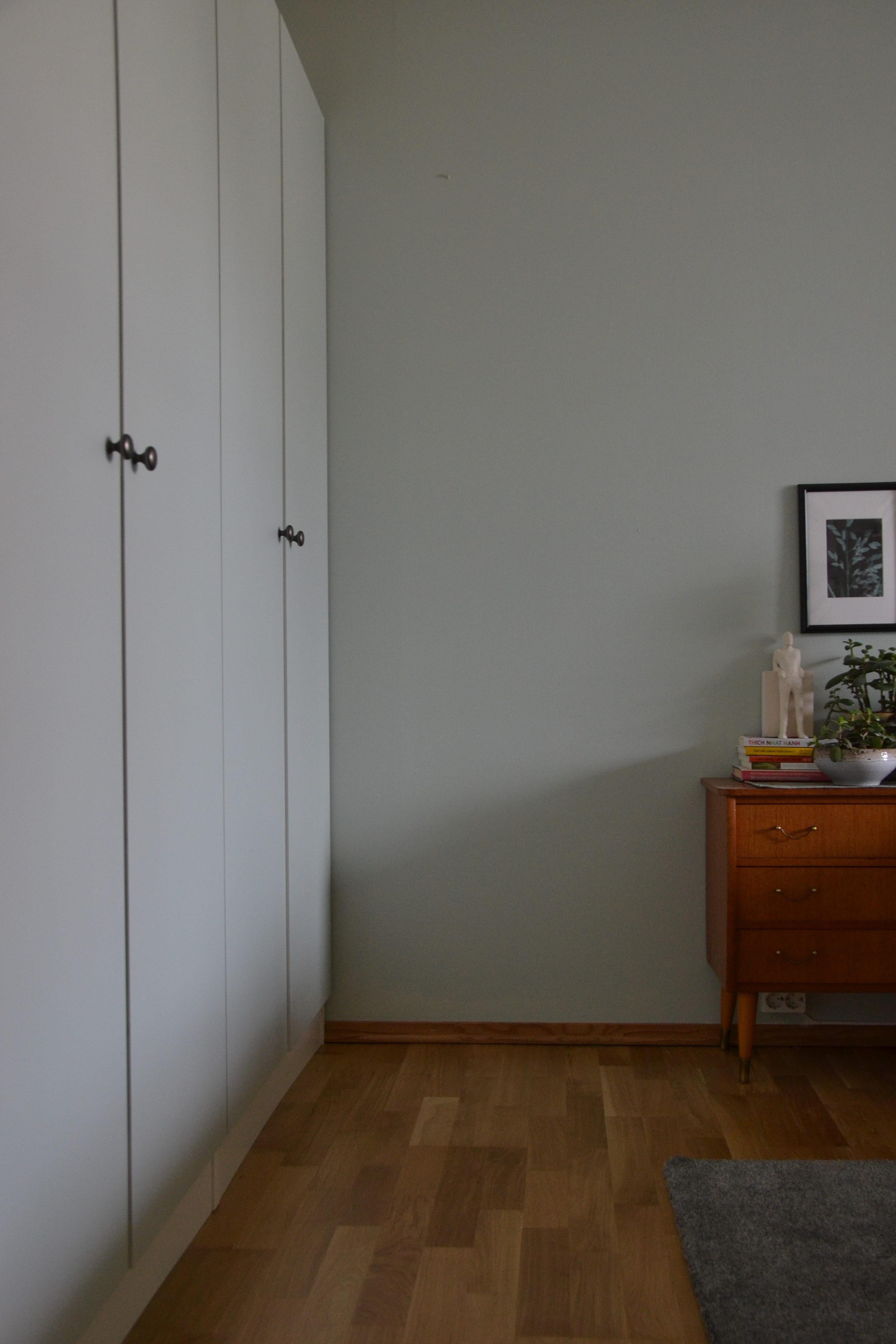 Høie, Høie sengetøy, mal garderobeskap, puss opp soverom, soverom oppussing, bambus lapme, planter på soverommet, rundt speil, retro speil, vintage speil, makrame ampel, makrame hengepotte, sweet mint, soft mint, malie soverom, puss opp soverommet, redesign signe schineller, Bambus lykt, paint closet doors, male kjøkkenfronter, nordsjø maling, teak kommode, pernille folcarelli, Kahler, heklet sengeteppe,